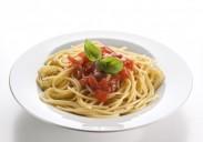 9066401-spaghetti-con-salsa-di-pomodoro-e-basilico-close-up1